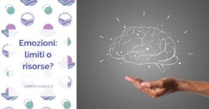 Lavagna con disegno del cervello e sotto una mano reale