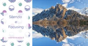 Una montagna riflessa nell'acqua di un lago